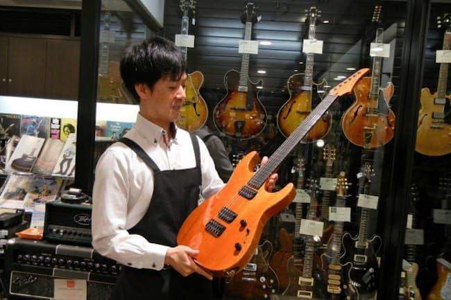お宝楽器が勢ぞろいし、ガラスケース内には数百万円の希少品が収まる山野楽器本店ギター売場(東京都中央区)