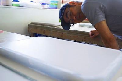 「soil BATH MAT kaji」は、soil全製品の監修を行う左官職人の梶昌一氏が1人で手作りする
