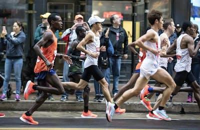 シカゴマラソンでは大迫選手(中央)を含む1~5位までがナイキの厚底シューズを履いていた(C)NIKE