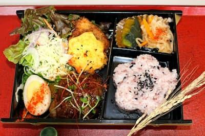 風遊の「ふらり弁当」。古代米と白米を混ぜて炊くと紫色に染まる