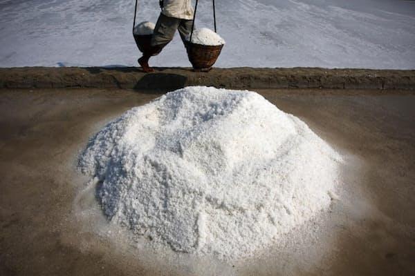 インドネシアのマドゥラ島では、伝統的な天日製塩で塩が作られている。新たな研究によって、この地域で生産される塩はマイクロプラスチックの含有量が特に高いことがわかった(PHOTOGRAPH by Ulet Ifansasti, Getty Images)