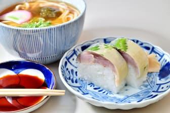 満寿形屋の鯖ずしとうどんのセットは1000円。うどんの麺は断面が四角形の特注品だ