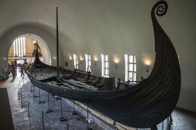 1903年に発見されたオーセベリ船。ノルウェーの首都オスロのバイキング船博物館に展示されている。保存状態のよいバイキング船は、これを含めて3隻しかない(PHOTOGRAPH BY OMAR MARQUES, ANADOLU AGENCY/GETTY IMAGES)