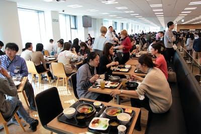 楽天のカフェテリアの喫食スペースには外国籍の社員の姿も