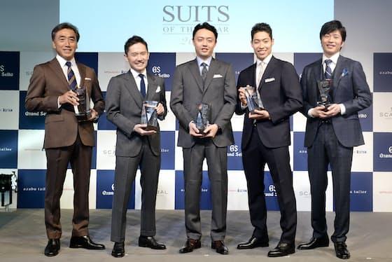 スーツ・オブ・ザ・イヤーを受賞した(左から)沢田貴司氏、甲斐真一郎氏、松尾豊氏、萩野公介氏、田中圭氏(7日、東京都千代田区)
