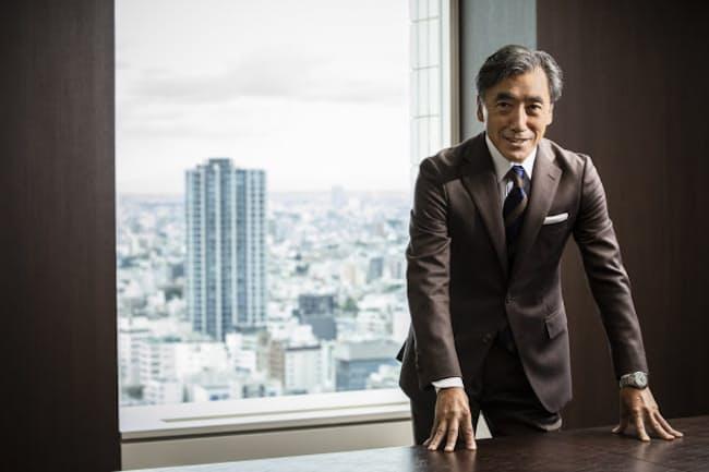 着用のスーツは「SCABAL」 日頃からスキャバル生地のスーツを愛用する沢田さん。この日の一着は英国テイストの強く香る生地「ビッグ・ベン」。スキャバルの生地を使ったオーダーは全国の専門店、百貨店などで可能。(スキャバルジャパン) 着用の時計は「GRAND SEIKO」ヘリテージコレクション「SBGA211」。62万円(セイコーウオッチお客様相談室) 他のコーディネートは本人私物
