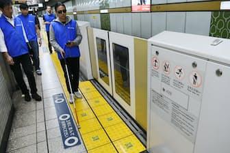 床に張られたQRコードにスマホをかざすと音声案内が流れる(東京都江東区)