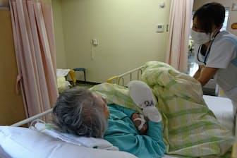ベッド横をパーティションで仕切り、プライバシーに配慮(埼玉県川口市のはとがや介護医療院)