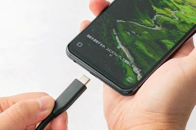 パソコンのほか、Android(アンドロイド)スマートフォンでも採用例が増えている。抜き挿しする機会が多いため、向きを気にせず挿せるのが便利だ