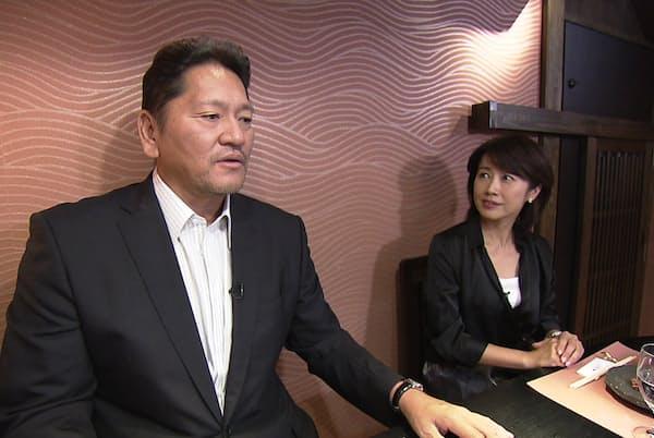 インタビューを受ける佐々木さん(左)
