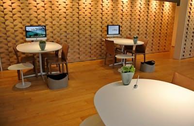 ブリリアンスプラス銀座ショールームの木目調の店内にはショーケースがない(東京都中央区)