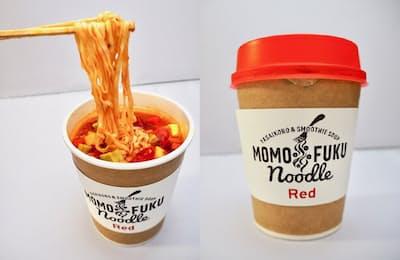 新発想を取り入れた新商品「モモフクヌードル」。熱湯を注いで3分で完成。麺は全粒粉と食物繊維入りのノンフライ麺で、平打ちウェーブタイプの麺が濃厚なスムージースープによく絡む