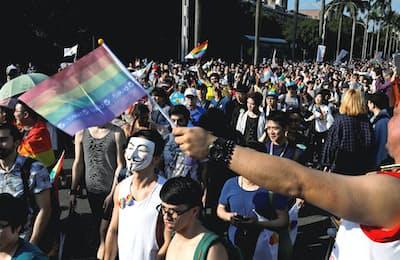 同性婚を求める動きは世界中に広がっている(台湾で10月に実施されたパレード)=ロイター