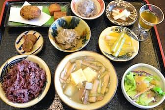 田芋や田芋の茎「ムジ」を使った料理がずらりと並ぶカフェレストラン長楽の田芋膳