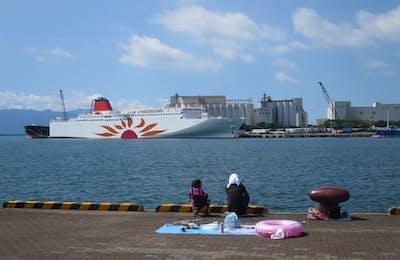 鹿児島・志布志港に到着した「さんふらわあ きりしま」。地元の人たちの生活に溶け込んでいる(写真:津田千枝)