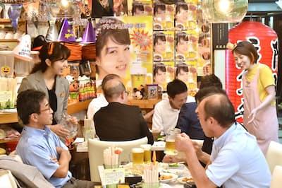 所狭しとポスターや飾りが並べられ、わい雑とした店内の居酒屋1969(大阪市北区)