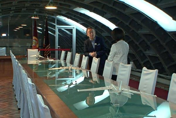 地下65メートルに建設された旧・秘密司令部施設で、東西冷戦時代を解説する池上彰氏(左)(モスクワ)=テレビ東京提供
