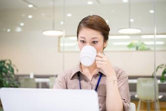 「今日もコーヒーを飲んでバリバリ頑張る!」―やる気は素晴らしいですが、非常に危険な行為です(nikkei WOMAN Onlineより)=PIXTA