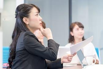 「私は先ほど出たAさんの意見に賛成で、○○を追加すると今後の戦略にもつながるんじゃないかと思います」みたいな感じ!(nikkei WOMAN Onlineより)=PIXTA
