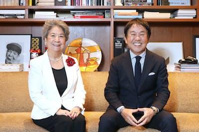 WEF名誉会長の尾原蓉子氏(左)とビームスの設楽洋社長