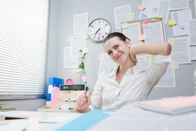 つらい肩こりや腰痛。我慢は美徳どころか、業務の効率低下やさらなる体調の悪化につながりかねません。写真はイメージ=(c)Andrea De Martin-123RF