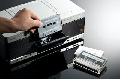 2018年3月に発売されたCDラジカセ「TY-AK1」。80年代に東芝が展開していたオーディオブランド「Aurex」の名を冠したモデルだ。入れようとしているカセットは、1991年生まれのシンガーソングライター、mei eharaによるミックステープ