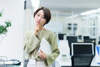 「そんなにのんびりしていて大丈夫?」と思ってしまう先輩社員たち(nikkei WOMAN Onlineより)=PIXTA