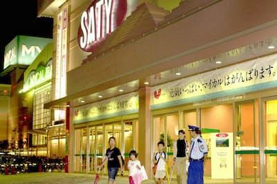 経営破綻した当日のマイカルの「SATY」店舗(2001年9月14日、大阪・茨木市)