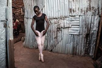 ナイロビに広がるスラム街キベラの自宅裏でバレエの練習をするパメラ・アディアンボさん(16歳)。キベラで約6年間レッスンを受けた彼女は、現在アーティスト・フォー・アフリカという慈善団体の支援を受けて、プロのダンススタジオで訓練を積んでいる(PHOTOGRAPH BY FREDRIK LERNERYD)