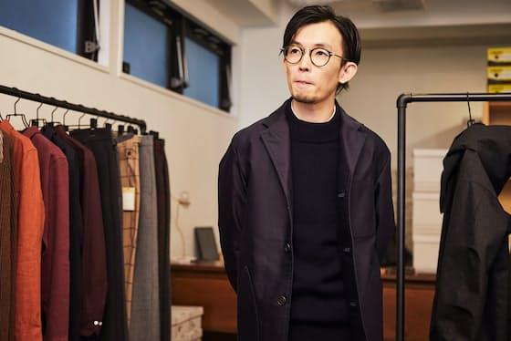 着用しているのは、高密度の生地を使用したジャケット。「生地の光沢が清潔感を醸成してくれる」と井本氏