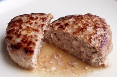 ジューシーな肉汁があふれているハンバーグが完成