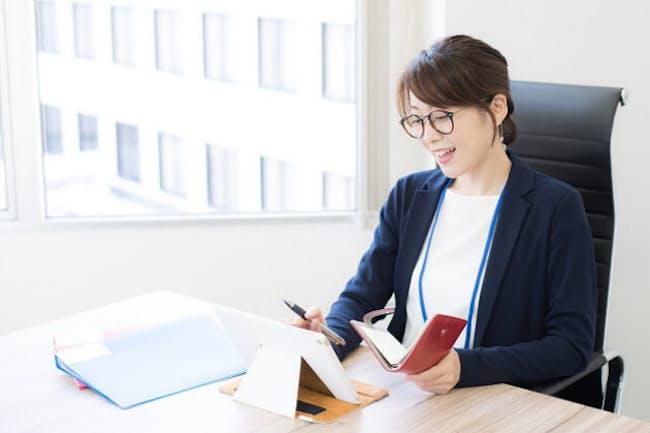 紙の手帳とデジタルツールを両方活用する人が増えている(写真はイメージ=PIXTA)