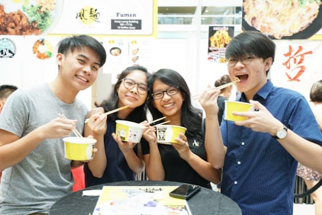 「どんぶりレボリューション」でさまざまな日本の丼を堪能したシンガポール人たち