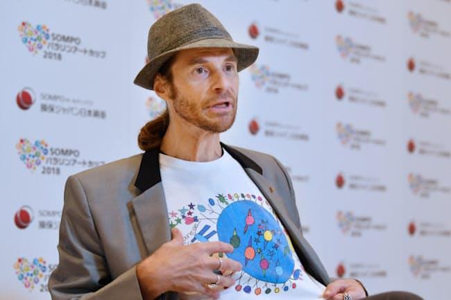 インタビューに答えるセイン・カミュさん。Tシャツは妹である池田ジャスティーヌさんのデザイン