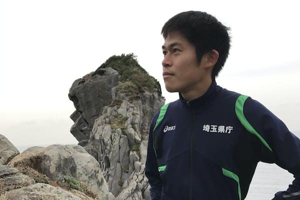 川内さんもお気に入りの陸上漫画『奈緒子』に出てくる、長崎・壱岐の猿岩でポーズ