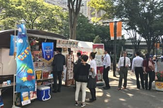 オフィス街に現れたキッチンカーに並ぶ会社員ら(東京都内)