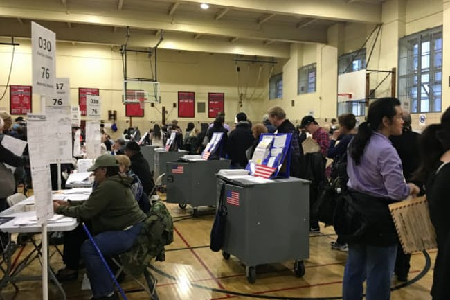 ニューヨークのアッパーイーストサイドの投票所。投票までの待ち時間は1時間に及んだ。