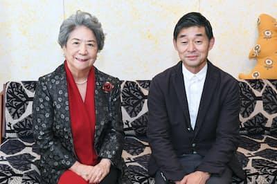 対談に臨むWEF名誉会長の尾原蓉子氏(左)とデザイナーの皆川明氏