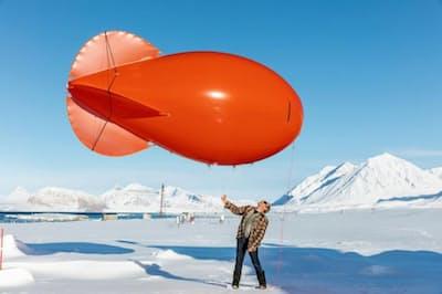 技術者のユルゲン・グレーザー氏が気球を使って風のデータを取る(PHOTOGRAPH BY PAOLO VERZONE/VU FOR IPEV)