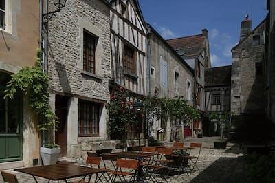 12~15世紀にかけて造られた城壁が今も残り、まるで中世から時が止まったような姿が魅力の街並み。(NikkeiLUXEより)