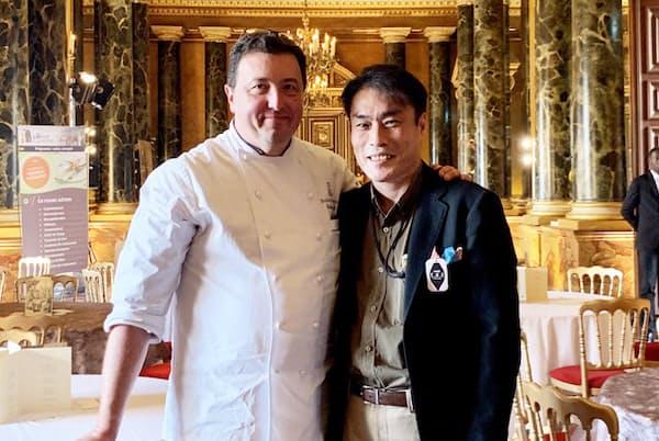 アンペリアル・ショコラの主催者、世界各国最高峰の菓子職人が名を連ねる協会「ルレ・デセール」の名誉会長フレデリック・カッセルさんと、日本から唯一招待された明治の宇都宮洋之さん