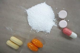 様々な飲み薬。顆粒剤と錠剤、カプセル剤。