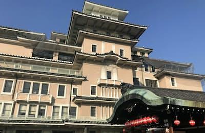 祇園の中心地にある登録有形文化財の「弥栄会館」(京都市)