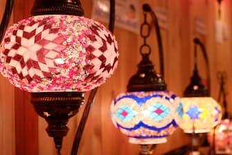 幻想的な光があふれるトルコモザイクランプ。自由なデザインで自作可能(写真:水津陽子)