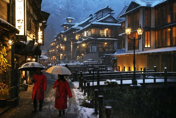 大正・昭和の木造多層旅館が銀山川を挟んで並ぶ1位の銀山温泉(山形県尾花沢市)