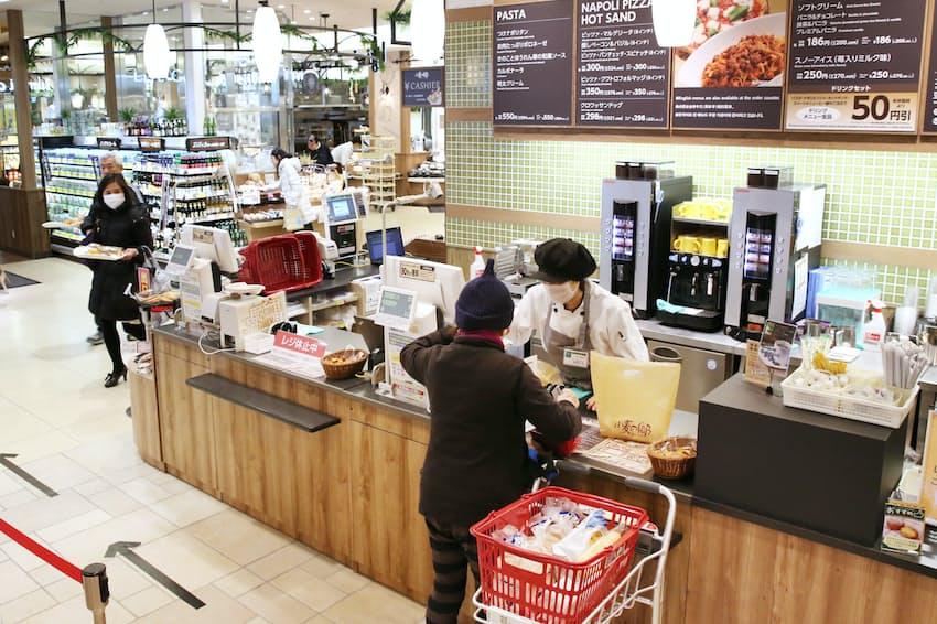 軽減税率の適用ルールが違い、持ち帰りとイートイン(店内飲食)では税率が変わってきそうだ(東京都墨田区のスーパー)