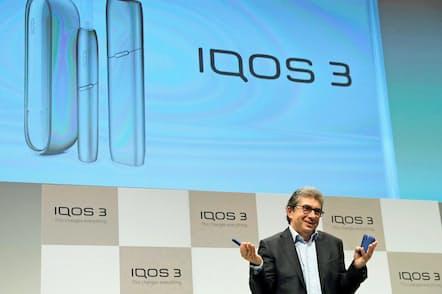 PMIは加熱式たばこの新製品を投入した(10月23日、都内の記者会見でポーズをとるカランザポラスCEO)=ロイター