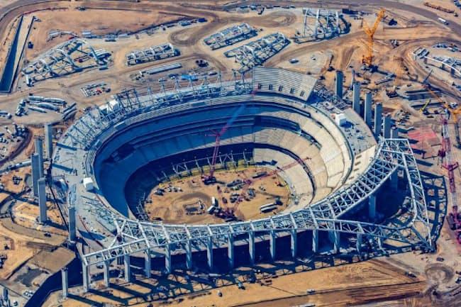 スタジアムの建設現場。ロサンゼルス国際空港から約6キロの場所にある=レジェンズ社提供