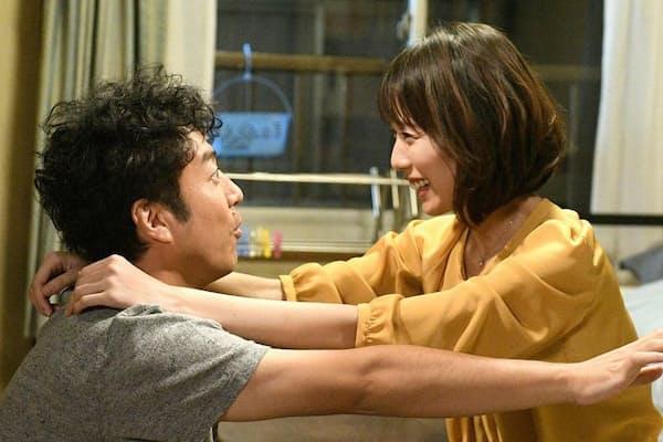 若年性アルツハイマーに侵された将来有望な女医と元小説家のピュアな恋愛を描いた「大恋愛~僕を忘れる君と」。演じる戸田恵梨香さん(右)とムロツヨシさん