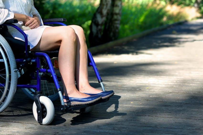 車いすで靴が脱げたら……(写真はイメージ)=PIXTA